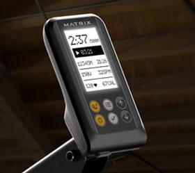 MATRIX NEW Rower Гребной тренажер - Новейшая регулируемая консоль с подсветкой предусматривает наличие встроенных программ, отображения основных показателей тренировки, а также использования нагрудного датчика