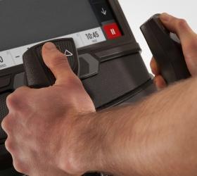 MATRIX A30XER Эллиптический эргометр - Изменяемый угол наклона рамы (24%–54%). Добавляет дополнительную нагрузку и задействует в работу больше мышц, привнося силовую составляющую в вашу кардио тренировку