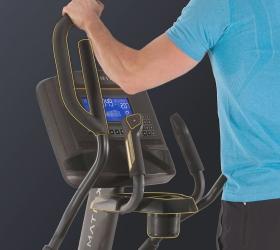 MATRIX E50XIR Эллиптический эргометр - Все для комфортной тренировки. Держатель для бутылки, место для хранения аксессуаров, рукоятки с сенсорами пульса и клавишами управления нагрузкой, увеличенные педали с фактурными вставками для максимального комфорта