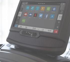 MATRIX T70XR Беговая дорожка - Все для комфортной тренировки: подстаканники для бутылок, клавиши управления soft-touch, сенсорные датчики и алюминиевые боковые поручни
