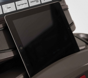 MATRIX T70XR Беговая дорожка - Удобный отсек для расположения мобильных устройств и планшетов