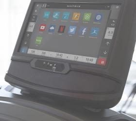 MATRIX TF50XIR Беговая дорожка - Все для комфортной тренировки: подстаканники для бутылок, клавиши управления soft-touch, сенсорные датчики и алюминиевые боковые поручни