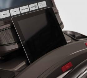 MATRIX TF50XIR Беговая дорожка - Удобный отсек для расположения мобильных устройств и планшетов