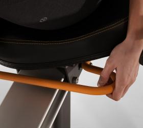 MATRIX R30XR Горизонтальный велоэргометр - Автомобильная регулировка сиденья одной рукой позволит быстро занять и установить лучшее положение для продолжительной тренировки