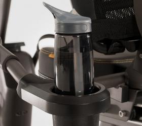 MATRIX R50XR Горизонтальный велоэргометр - Удобно расположенный подстаканник для бутылок разного размера