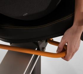 MATRIX R50XR Горизонтальный велоэргометр - Автомобильная регулировка сиденья одной рукой позволит быстро занять и установить лучшее положение для продолжительной тренировки