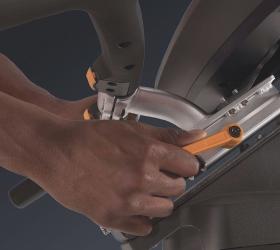 """MATRIX U50XR Вертикальный велоэргометр - Рукоятки регулируются очень просто с помощью рычажка """"вверх-вниз"""", а сиденье с помощью рычажка """"поверни-потяни"""" для идеального положения во время длительных тренировок"""