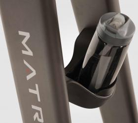 MATRIX U50XR Вертикальный велоэргометр - Удобно расположенный подстаканник для бутылок разного размера