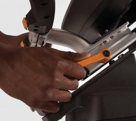 """MATRIX U30XR Вертикальный велоэргометр - Рукоятки регулируются очень просто с помощью рычажка """"вверх-вниз"""", а сиденье с помощью рычажка """"поверни-потяни"""" для идеального положения во время длительных тренировок"""