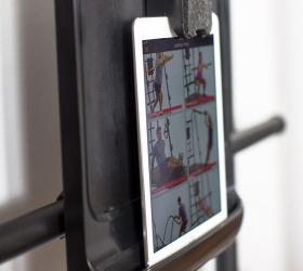 MATRIX CONNEXUS HOME (CXR50) Комплекс функционального тренинга для дома - Возможность размещения планшета, показывающим все возможные упражнения, на специальной доске