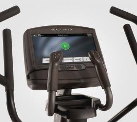 MATRIX A30XIR Эллиптический эргометр - Все для комфортной тренировки. Держатель для бутылки, место для хранения аксессуаров, рукоятки с сенсорами пульса и клавишами управления нагрузкой, увеличенные педали с фактурными вставками для максимального комфорта